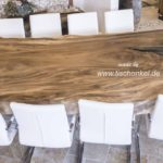Esstisch aus einem Baumstamm mit Platz für 10 Personen
