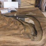 Tischplatte aus einem massiven Baumstamm mit Glasplatte